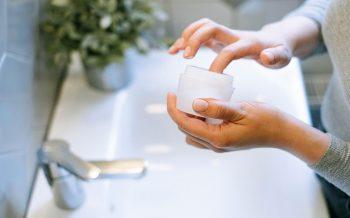 A importância de manter a pele hidratada.